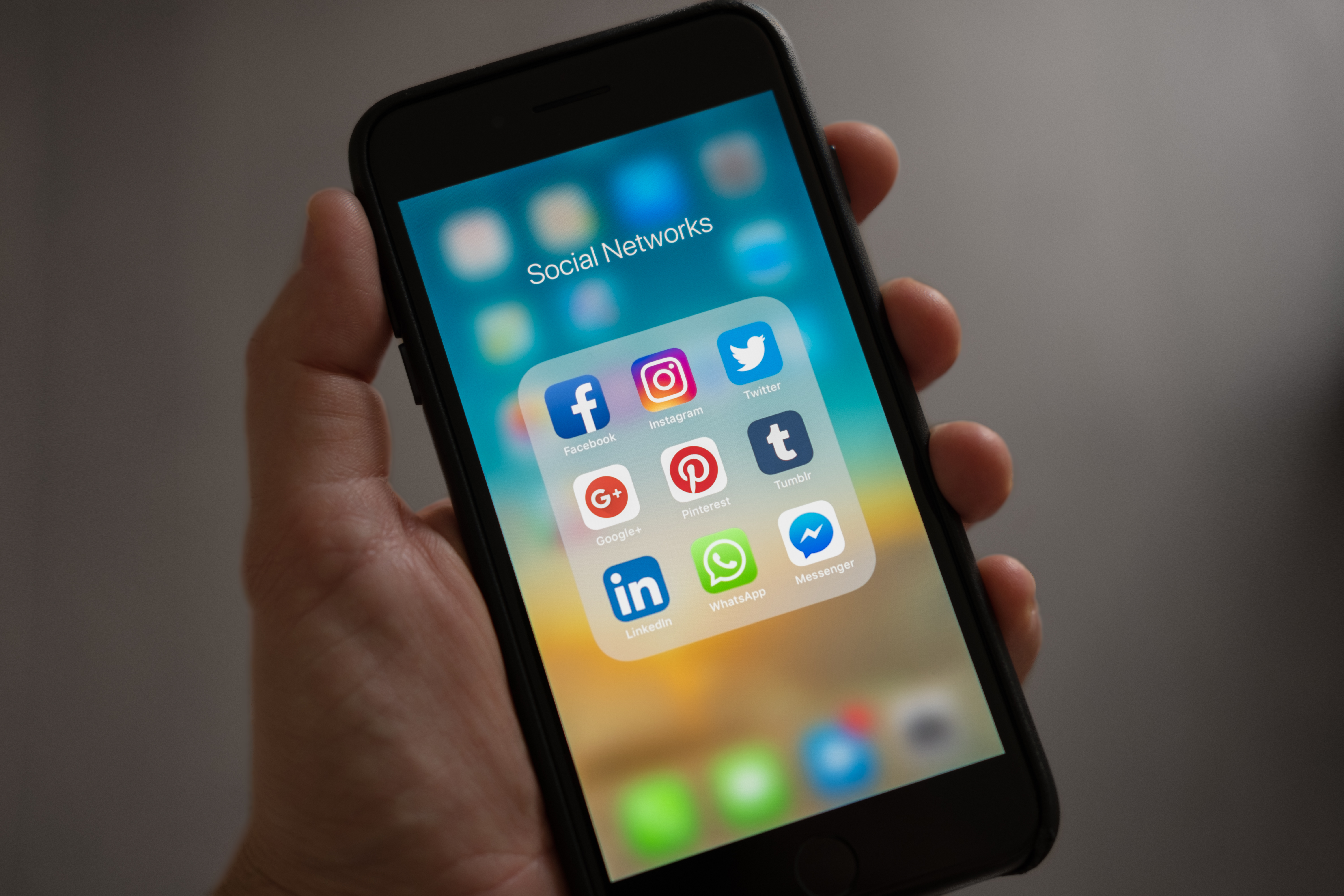 iPhone mit Social Media Apps